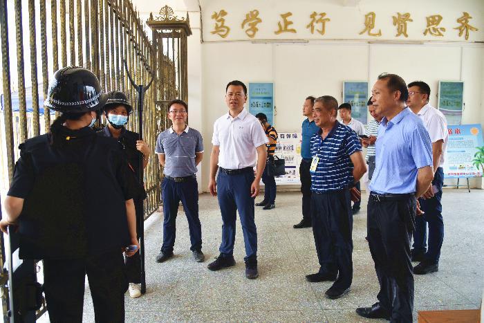 区委副书记、区长黄来焕到夏郢镇中心小学调研校园安全工...